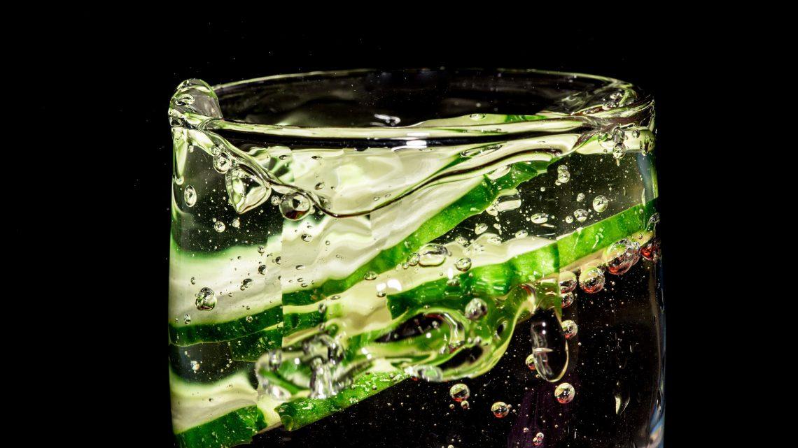 Woda z ogórkiem: dlaczego warto po nią sięgać?